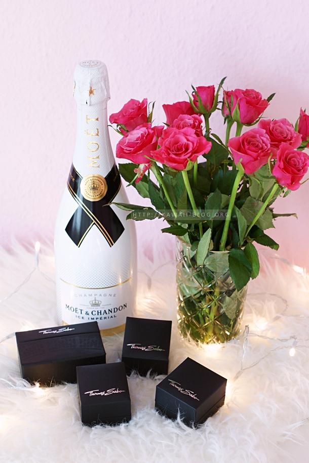 Stilleben mit Champagner, Schmuck und Rosen